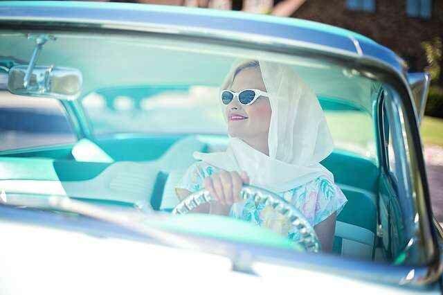 красивая женщина на авто